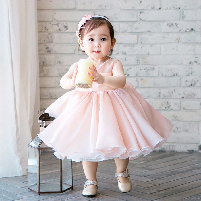Đầm công chúa chắc là món đồ không thể thiếu cho bé gái.
