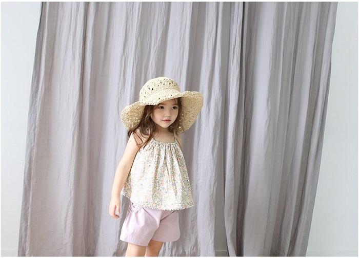Áo thun hai dây in hoa dễ thương cho bé gái thích hợp đi chơi biển trong ngày hè.