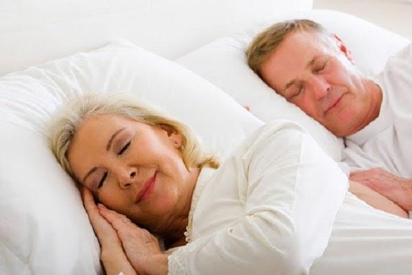 Sử dụng máy massage lưng hỗ trợ ngủ ngon dành cho người lớn tuổi